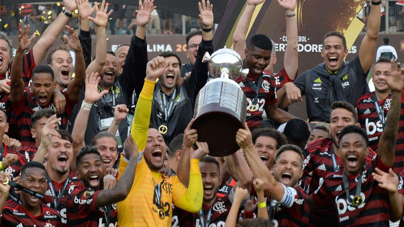 Flamengo players celebrate with the Copa Libertadores trophy after beating River Plate in the final.