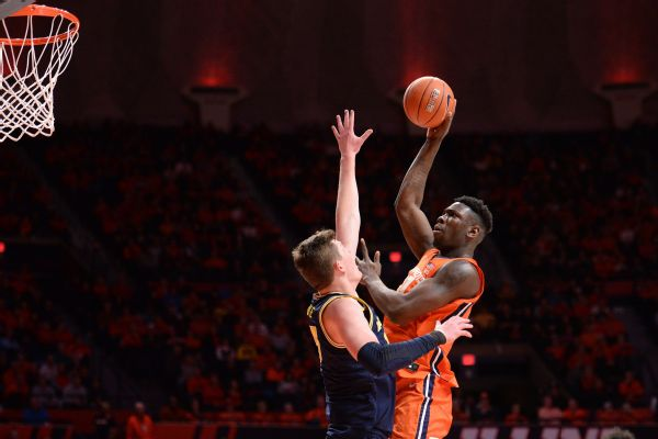 Illinois player mistakenly clobbers ref after bucket
