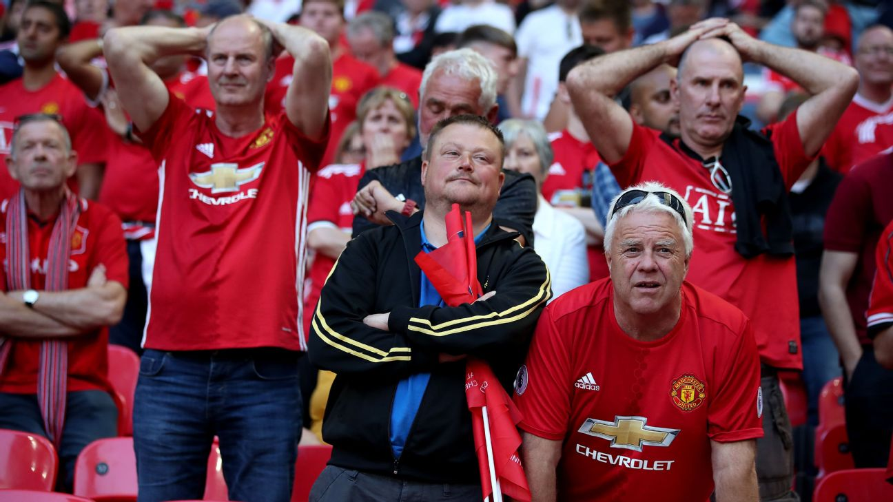 Manchester United fans react during the club's 2018 FA Cup final defeat