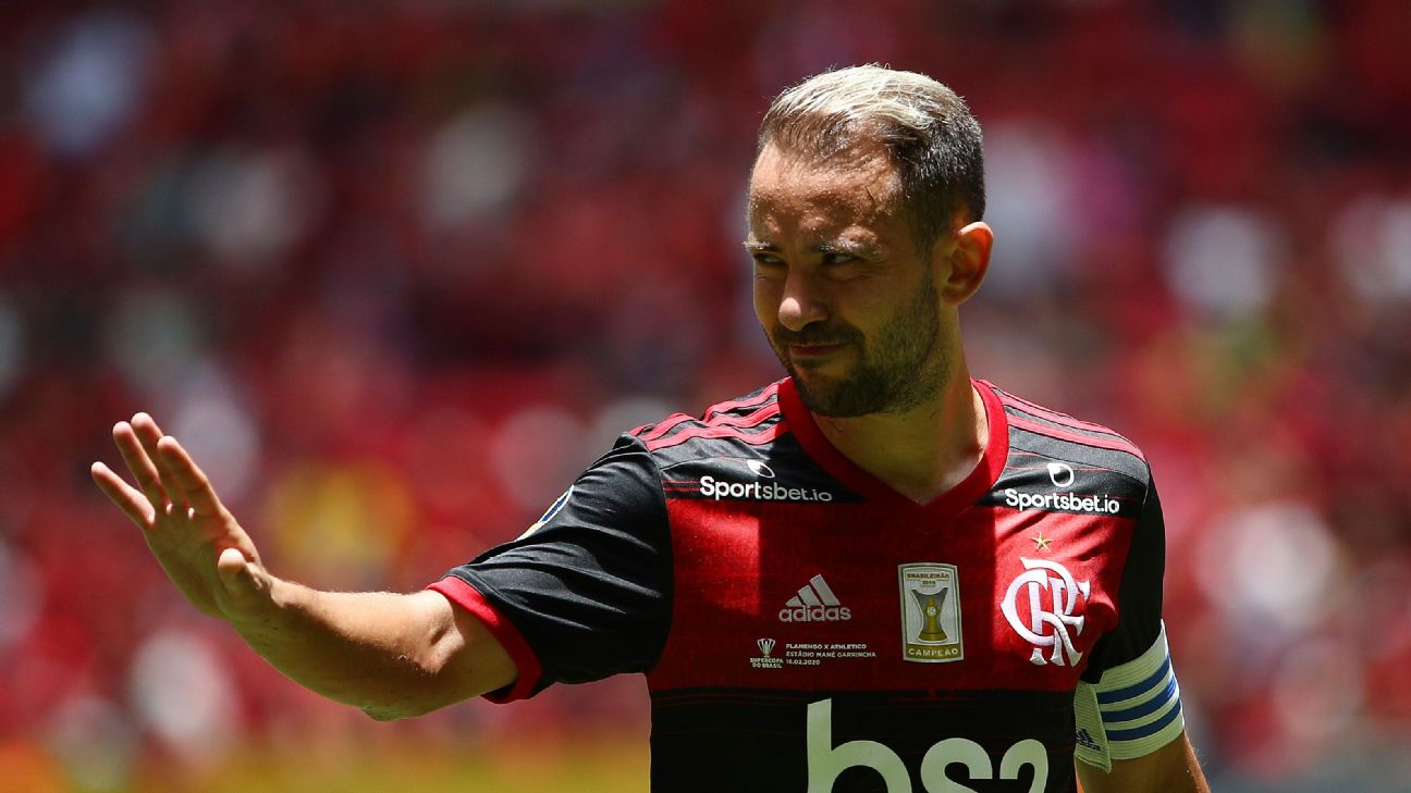 Everton Ribeiro looks on during Flamengo's Brazilian Supercopa final against Athletico PR.