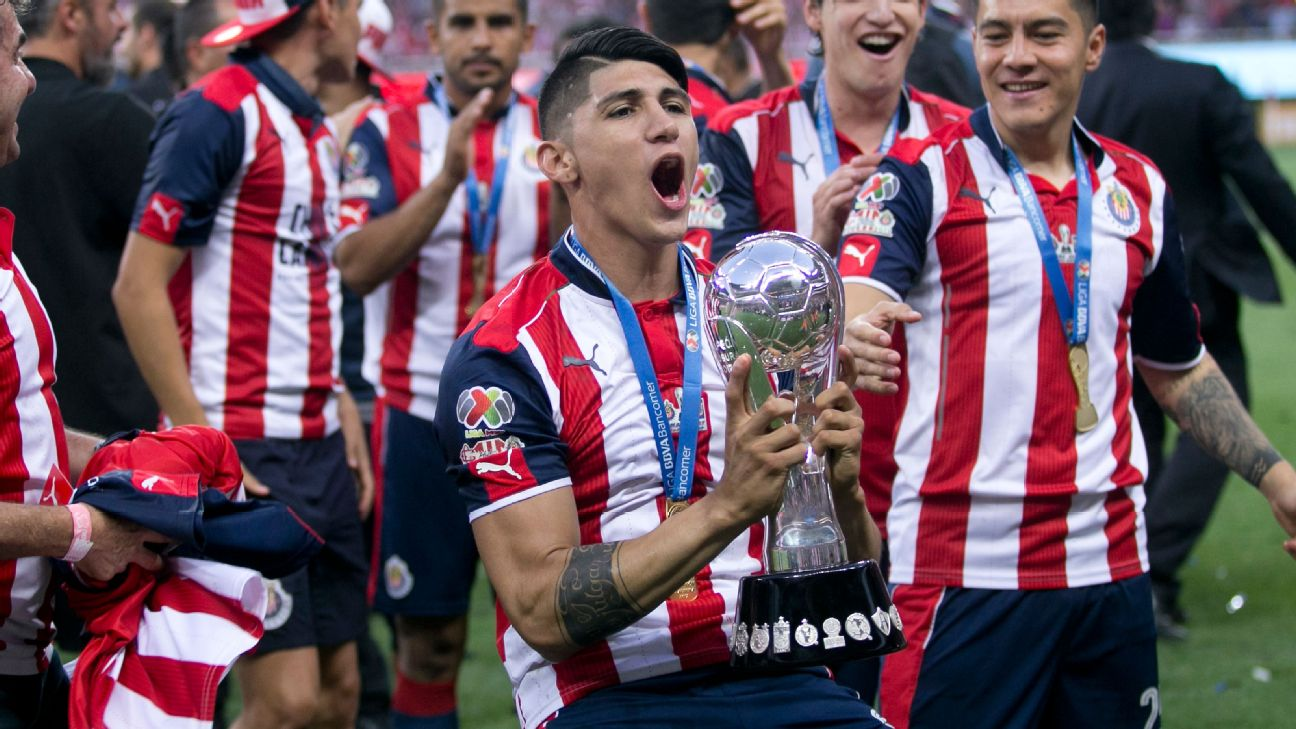 Alan Pulido lifts the Liga MX trophy after Chivas' 2017 Clausura final win over Tigres.