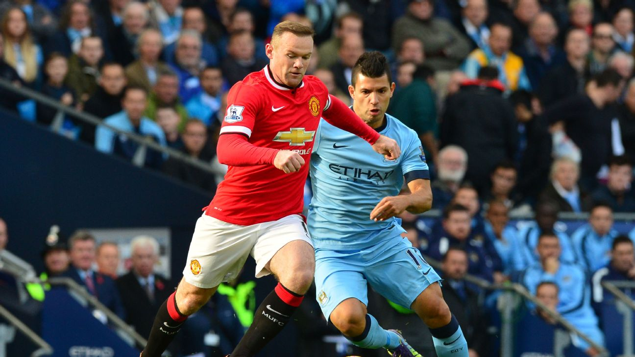 Manchester United's English striker Wayne Rooney (L) plays the ball under pressure from Manchester City's Argentinian striker Sergio Aguero