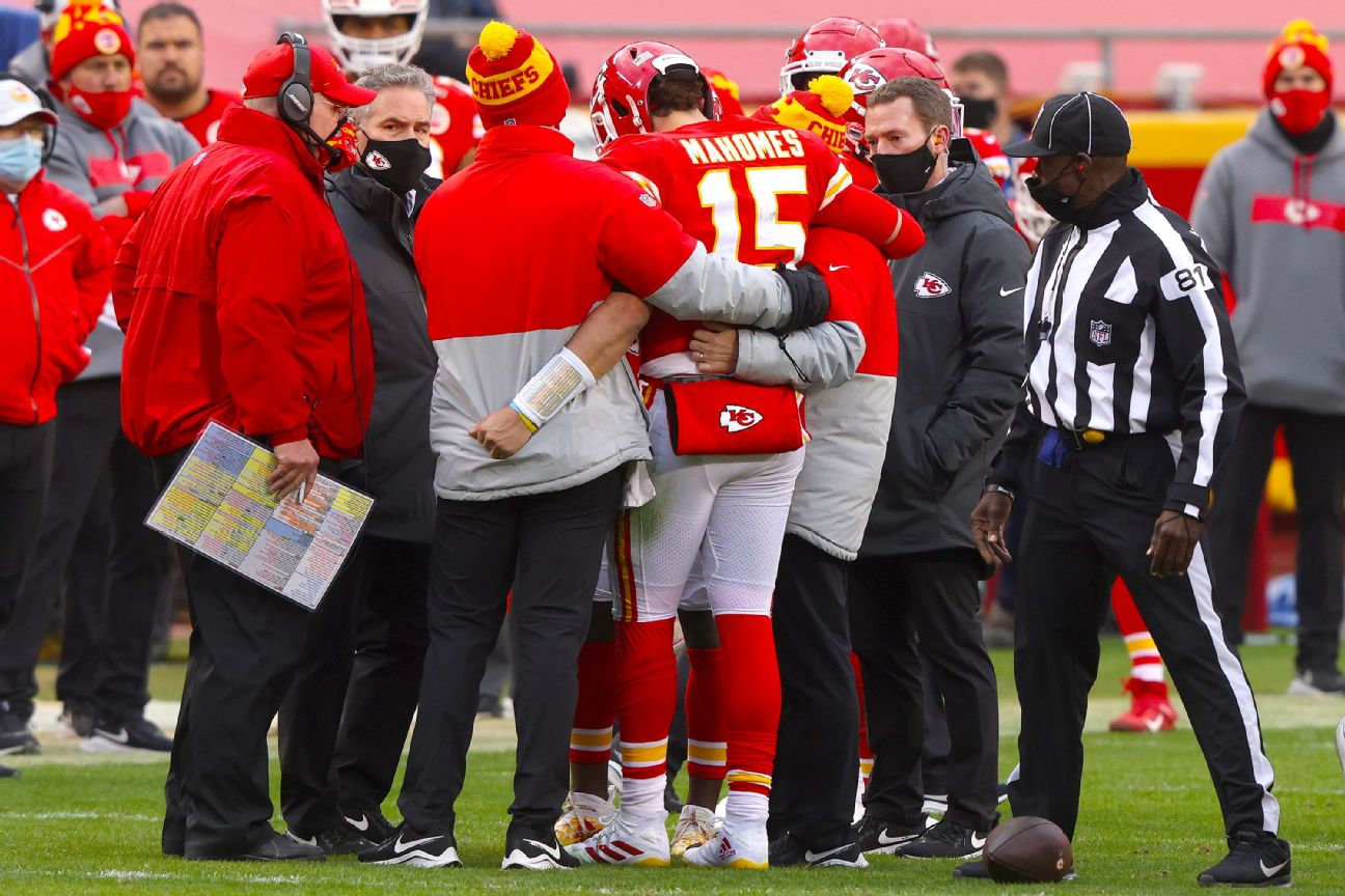 Henne gives Chiefs lift after Mahomes concussed
