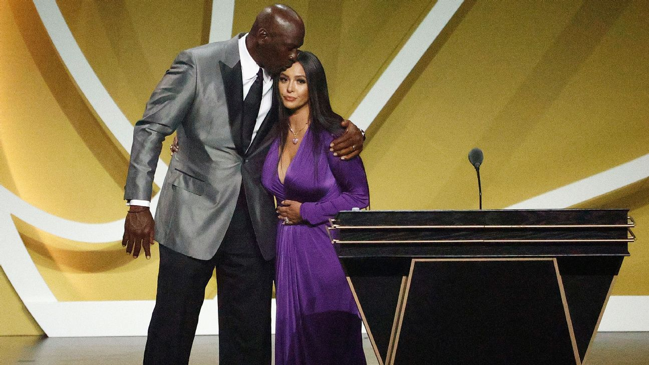 Kobe, 'still winning,' inducted with KG, Duncan