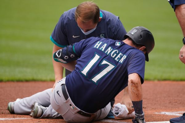 Mariners' Haniger exits; fouled pitch off knee