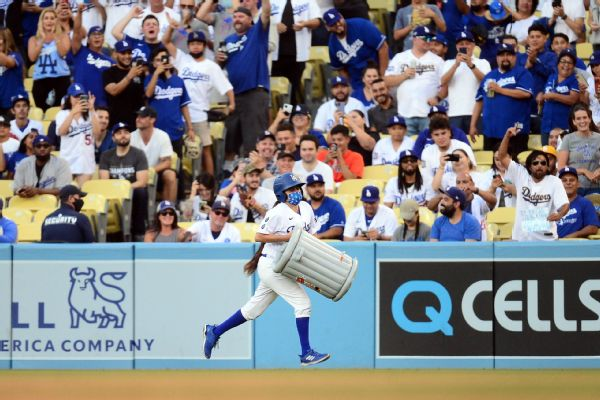 Dodger fans greet Astros with boos, projectiles